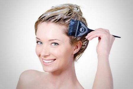 девушка наносит лечебную маску на волосы