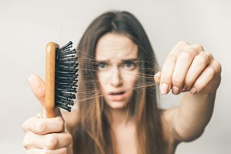 девушка заметила выпадение волос