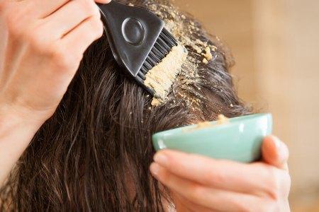 нанесение домашней маски на поврежденные волосы