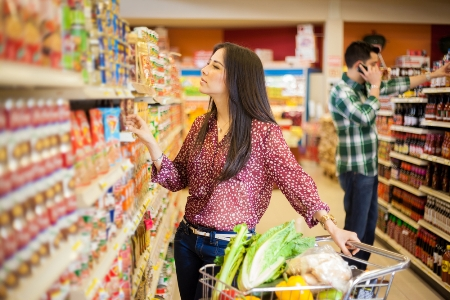 женщина в магазине выбирает полезные продукты