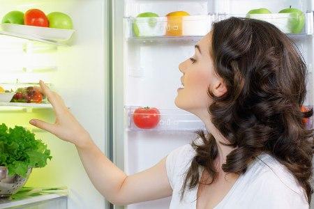женщина выбирает продукты полезные для здоровья волос