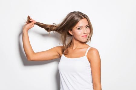 девушка с крепкими и здоровыми волосами
