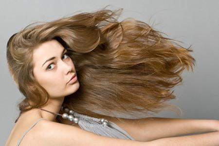 девушка с длинными и здоровыми волосами