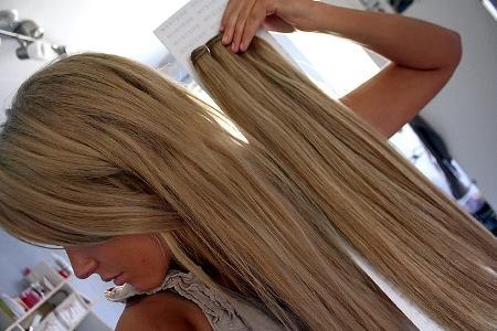 девушка с нарощенными волосами