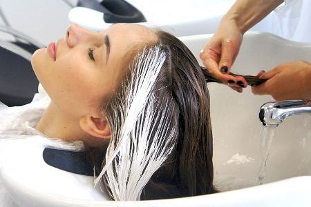 девушка на колорировании волос