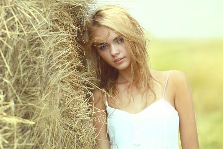 девушка с волосами как солома