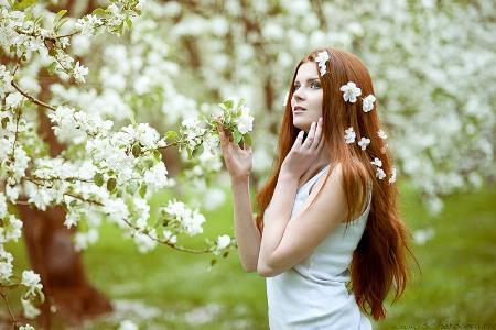 девушка весной на природе