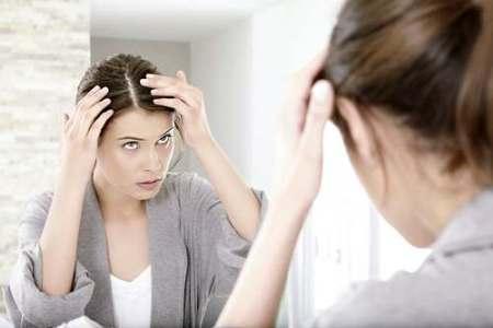 женщина проверяет состояние волос