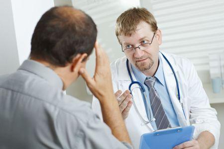 мужчина на приеме у врача трихолога