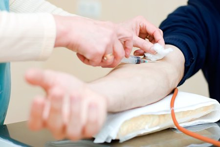 мужчина сдает кровь на анализ