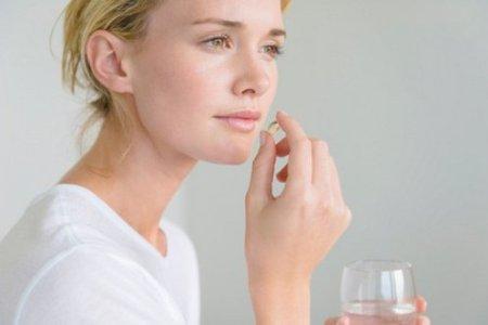 женщина пьет витамины перфектил