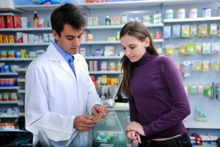 женщина консультируется с работником аптеки